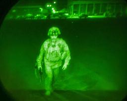 Generalmajor Chris Donahue ble den siste amerikanske soldaten som forlot afghansk jord. Like før midnatt tok en 20 år lang krig slutt. Kort etter tok soldater fra Taliban seg inn på flyplassen. Foto: USAs sentralkommando via AP / NTB