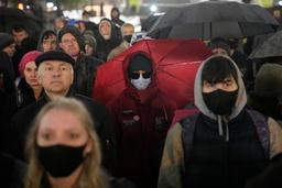 Flere hundre demonstranter samlet seg mandag kveld i Moskva for å vise sin misnøye med valget i Russland. Foto: Pavel Golovkin / AP / NTB