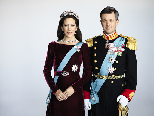 New official pictures of Crown Princess Mary and Crown Prince Frederik in gala uniform.