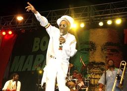 Bunny Wailer på scenen i Kingston på Jamaica i februar 2005, under en konsert for å markere det som kunne vært Bob Marleys 60-årsdag. Foto: Collin Reid / AP / NTB