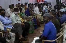 Indere venter på å bli vaksinert mot covid-19 i Mumbai. Landet produserer sine egne vaksiner. Foto: Rafiq Maqbool / AP / NTB