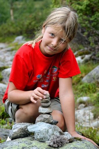Barn på tur. Jente 9 år, bygger liten varde. Stein på stein. Tur. Friluftsliv. Barnas Turlag. Den Norske Turistforening. DNT.