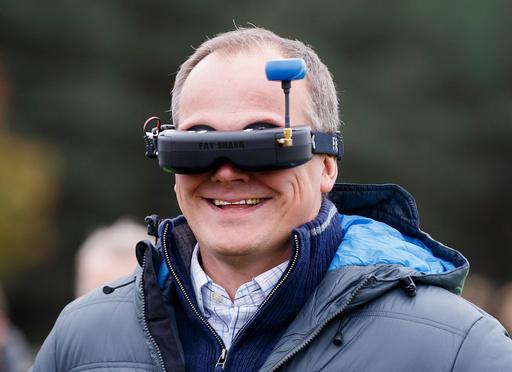 Samferdselsminister Ketil Solvik-Olsen bruker en videobrille for å se det en Falcon 8 drone filmer på Ekebergsletta.