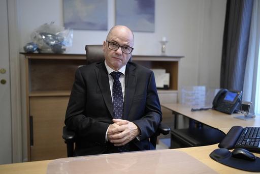 Forsvarsminister Odd Roger Enoksen (Sp) på plass i Forsvarsdepartementet etter regjeringsskiftet i forrige uke. Denne uka deltar han på Natos forsvarsministermøte i Brussel. Foto: Fredrik Hagen / NTB