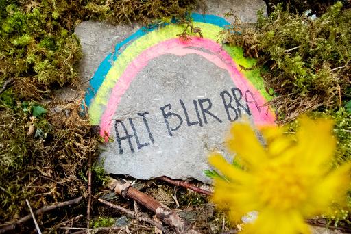 Regnbuer med budskapet «alt blir bra». på en stein på en tursti Stjørdal.  Foto: Gorm Kallestad / NTB