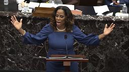 Demokraten Stacey Plaskett, en av anklagerne i riksrettssaken mot Donald Trump, viste onsdag dramatiske videoklipp fra stormingen av Kongressen. Foto: Senate Television via AP / NTB