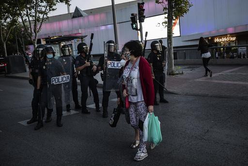 Ytterligere åtte områder i Madrid blir nå underlagt nedstengningstiltak. Dermed har over en million mennesker fått bevegelsesfriheten innskrenket. Spanias regjering vil imidlertid at byregjeringen skal trå hardere til. Foto: Bernat Armangue / AP / NTB