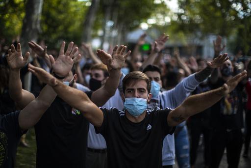 Folk protesterer i bydelen Vallecas sør i Madrid. Foto: Manu Fernandez / AP / NTB