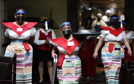 Servitører ikledd munnbind og masker på Sanborns-restauranten i Mexico by. Foto: Eduardo Verdugo / AP / NTB scanpix