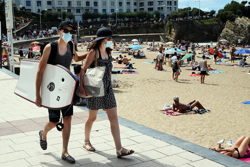 Franskmenn oppfordres til å være nøye med smitteverntiltak og med å bruke munnbind, som her på stranden Biarritz sørvest i landet. Antallet nye smittede stiger likevel faretruende raskt, advarer landets forskningsråd for koronavirus. Foto: Bob Edme / AP / NTB scanpix