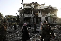 Afghanske sikkerhetsstyrker ved området som ble rammet av en bilbombe tirsdag kveld. Foto: AP / NTB
