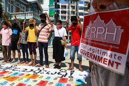 Demonstranter i Yangon viser symbolet på motstand mens de ser på navnene til personer som er drept av sikkerhetsstyrker etter militærkuppet 1. februar. Foto: AP / NTB