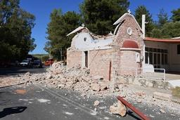 Et kapell i landsbyen Arkalochori var blant bygningene som raste sammen under jordskjelvet. Foto: Harry Nikos / AP / NTB