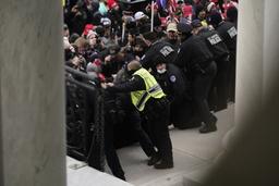 En politibetjent mistet livet da sinte Trump-tilhengere stormet Kongressen forrige onsdag. 37 personer etterforskes for drapet. Her prøver politiet å holde mobben unna kongressbygningen like før den ble stormet. Foto: Andrew Harnik/AP/NTB
