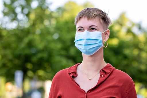 Oslo 20200814.  Helsemyndighetene anbefaler bruk av munnbind for å redusere smitten av korona. Foto: Terje Pedersen / NTB