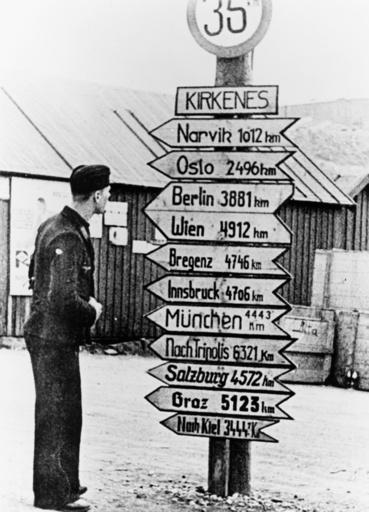 Dt.Soldat vor Entferungsschild/Kirkenes - German Soldier / Kirkenes / Norway -