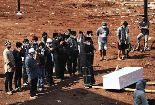 Indonesia har nå passert 100.000 registrerte koronadødsfall, men mørketallene antas å være høye. Foto: AP / NTB