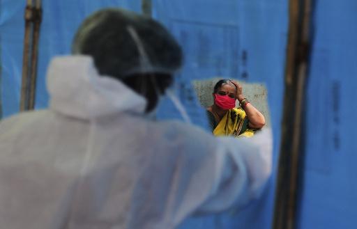 En indisk kvinne venter på å bli testet for koronaviruset i Hyderabad sist mandag. India er blant de landene i verden som er hardest rammet av koronapandemien, men restriksjoner er hevet for at folk fortsatt skal kunne ha et levebrød. Foto: Mahesh Kumar A. / AP / NTB scanpix