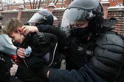 En demonstrant blir pågrepet av politiet i Russland i slutten av januar. Foto: Alexander Zemlianichenko / AP / NTB