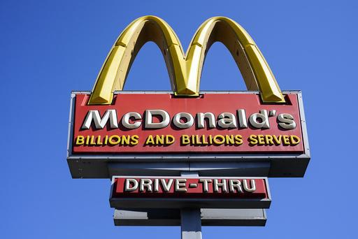 McDonald's vil kreve at kunder og ansatte i områder i USA med betydelig eller høy smittespredning bruker munnbind innendørs. Foto: Matt Rourke / AP / NTB