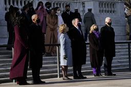 De tre ekspresidentene Barack Obama, George W. Bush og Bill Clinton med sine koner Michelle, Laura og Hillary Clinton på krigskirkegården Arlington. Foto: Evan Vucci / AP / NTB