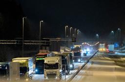 På grensen ved Svinesund hadde flere vogntog problemer med vær og føre tirsdag kveld. Foto: Torstein Bøe / NTB