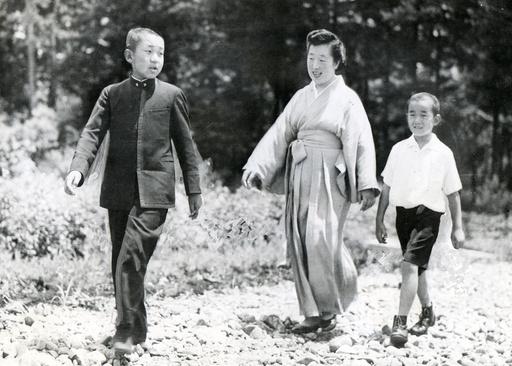 Kaiserin Kojun mit ihren Söhnen Akihito u. Yoshi / Foto 1946 - -