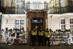 Politifolk står utenfor Myanmars ambassade i London onsdag. Foto: Alberto Pezzali / AP / NTB