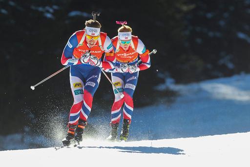 Emil Hegle Svendsen og Johannes Thingnes Bø (bak) under 12,5 km for menn i verdenscupen i skiskyting i Pokljuka, Slovenia, lørdag.