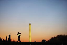En bygningsarbeider ved parkanlegget National Mall, med det 169 meter høye Washingtonmonumentet i bakgrunnen. Foto: Shafkat Anowar/AP/NTB