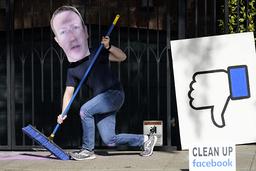 En mann utkledd som Facebook-topp Mark Zuckerberg i en demonstrasjon mot at Facebook brukes i spredningen av feilinformasjon. Foto: Jeff Chiu/AP/NTB