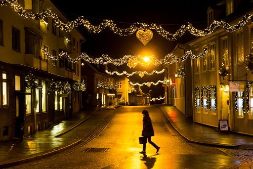 En person krysser en stille julegate i Drøbak onsdag kveld.