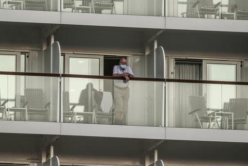 En mann med munnbind om bord på cruiseskipet Mein Schiff 6, som var på en rundtur mellom greske øyer da det ble påvist koronasmitte hos tolv ansatte. Foto: Petros Giannakouris / AP / NTB