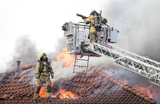 Det brenner i takkonstruksjonen over en kombinert bolig-/butikkbygning i Enebakkveien på Abildsø.