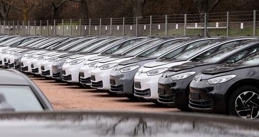 VW mer en tredoblet salget av elbiler i fjor, men totalt solgte konsernet 15 prosent færre bile enn i 2019. Illustrasjonsfoto: Jens Meyer / AP / NTB