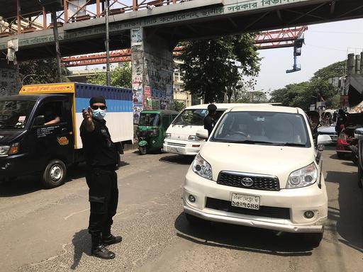 Politi i hovedstaden Dhaka i Bangladesh sjekker biler for å kontrollere at nedstengingen i byen overholdes. Senere i uken strammer regjeringen inn ytterligere i håp om å få bukt med økende koronasmitte i landet. Arkivfoto: Al-emrun Garjon / AP / NTB
