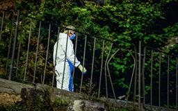 Hagen ligger ved en skrent, og en av politiets hypoteser er at den avdøde har falt. Foto: Marit Hommedal / NTB
