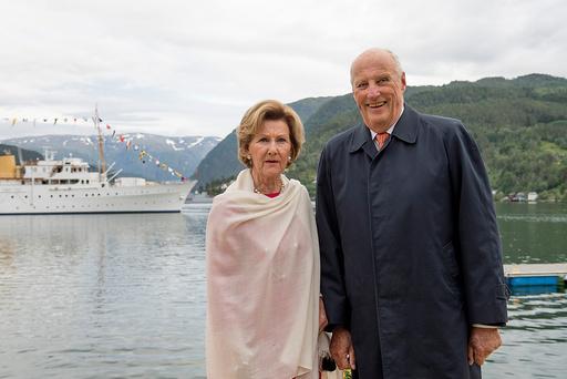 Dronning Sonja og kong Harald på kongebesøk i Ulvik kommune.