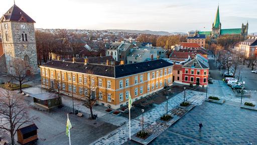 I løpet av helgen er det registrert ni personer som har testet positivt for covid-19 i Trondheim.  Dronebilde av Vår frues kirke, Hornemansgården, Nidarosdommen og rådhuset i Trondheim bak. Foto: Gorm Kallestad / NTB