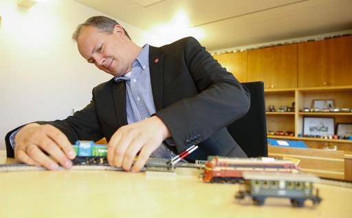 Ketil Solvik-Olsen får presentert resultatene i en risikoanalyse av jernbanereformen. På kontoret har han modelljernbane.
