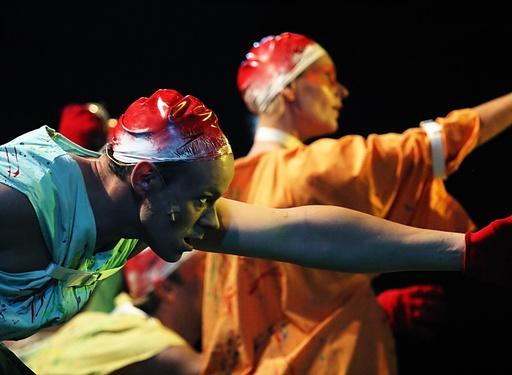Peer Gynt av Grenland Friteater og Teater Ibsen. PIT 2003. To medlemmer av Dårekisten danser. Skien