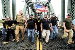 Joe Biggs (nummer tre fra høyre) er pågrepet etter stormingen av Kongressen. Her sammen med andre Proud Boys-medlemmer i august 2019. Foto: Noah Berger / AP / NTB