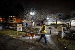 Politi jobber på åstedet ved Väderlekstorget i Biskopsgården i Göteborg, der to personer ble funnet skadd etter en skyteepisode. Foto: Björn Larsson Rosvall / TT / NTB