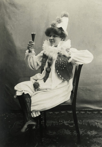Frau im Harlekinkostüm / Foto 1900/1910 - Woman in harlequin costume / Photo 1900/1910. -