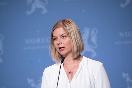 Kunnskaps- og integreringsminister Guri Melby sa i desember at et strakstiltak var å innføre flerspråklig koronatelefon. Den kan tidligst være på plass i februar. Foto: Terje Bendiksby / NTB