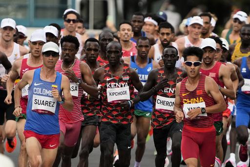 Eliud Kipchoge (i midten) var klart best i maraton i OL. Foto: Shuji Kajiyama, AP / NTB