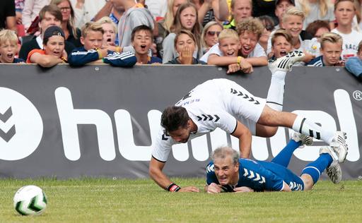 Leder i Arbeiderpartiet Jonas Gahr St˜2re (under) i duell med Didrik Solli Tangen under Verdikampen pNorway Cup pEkebergsletta onsdag.