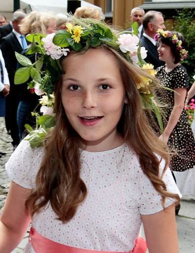 Prinsesse Ingrid Alexandra i hageselskapet i Stiftsgården i Trondheim i forbindelse med kongeparet 25 år som kongepar torsdag.