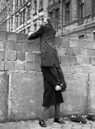 Foreign diplomats visit Berlin wall