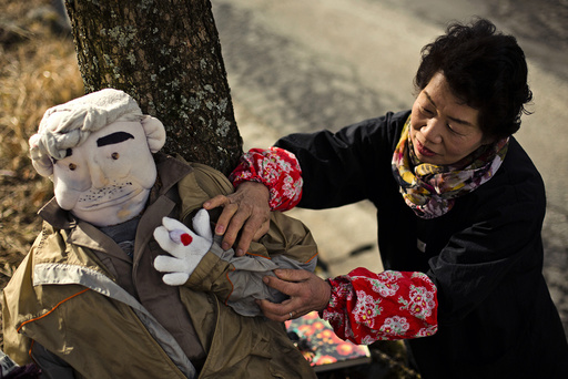 Tsukimi Ayano arranges a scarecrow, which represents her father, in the mountain village of Nagoro
